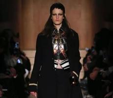军装外套、膝盖靴 | Givenchy,凛凛气焰中的野性时髦